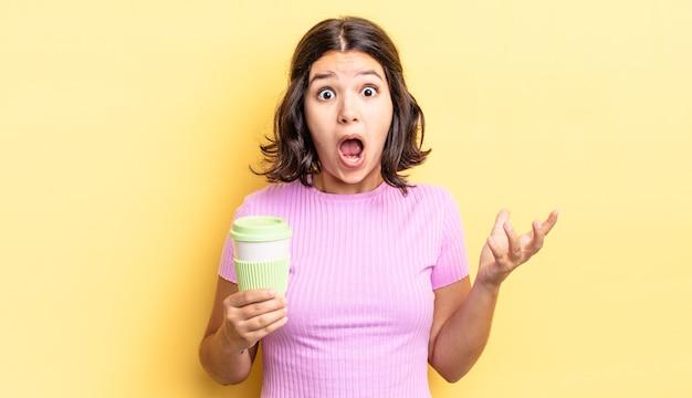 Młoda latynoska kobieta czuła się niezwykle zszokowana i zaskoczona. koncepcja kawy na wynos
