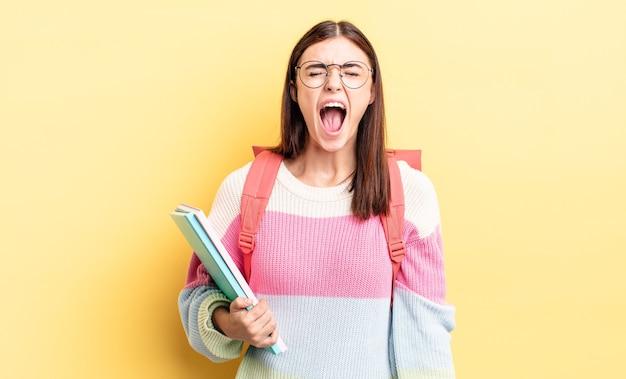 Młoda latynoska kobieta krzycząca agresywnie, wyglądająca na bardzo rozgniewaną. koncepcja studenta