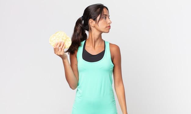 Młoda latynoska kobieta myśląca, wyobrażająca sobie lub marząca o widoku profilu. koncepcja diety fitness