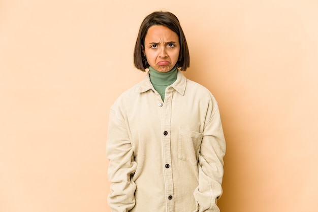 Młoda latynoska kobieta odizolowała smutną, poważną twarz, czując się nieszczęśliwa i niezadowolona.