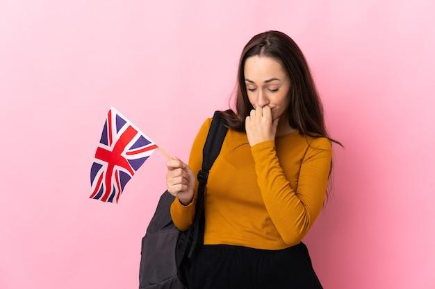 Młoda latynoska kobieta trzymająca flagę wielkiej brytanii ma wątpliwości