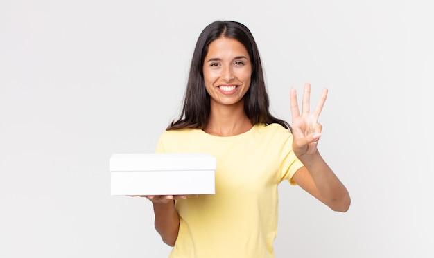 Młoda latynoska kobieta uśmiecha się i wygląda przyjaźnie, pokazując numer trzy