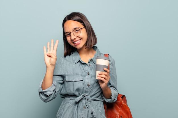 Młoda latynoska kobieta uśmiecha się i wygląda przyjaźnie
