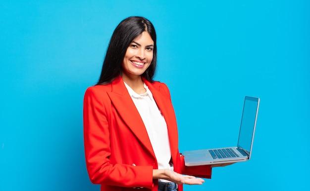 Młoda latynoska kobieta uśmiecha się radośnie