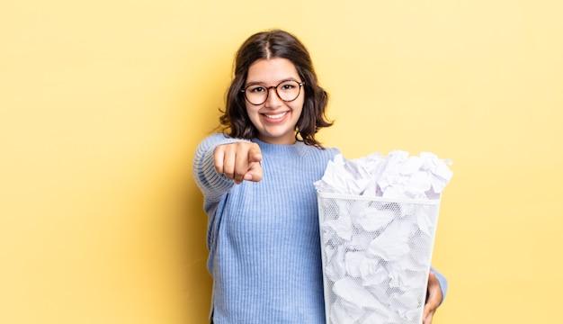 Młoda latynoska kobieta wskazująca na kamerę, wybierająca cię, nie udaje się koncepcja śmieci
