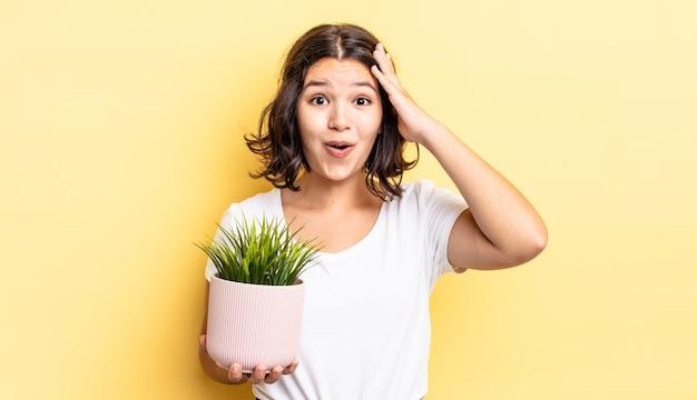 Młoda latynoska kobieta wygląda na szczęśliwą, zdumioną i zdziwioną. koncepcja wzrostu