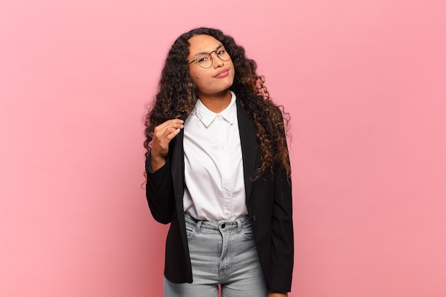 Młoda latynoska kobieta wyglądająca na arogancką, odnoszącą sukcesy, pozytywną i dumną, wskazującą na siebie. pomysł na biznes