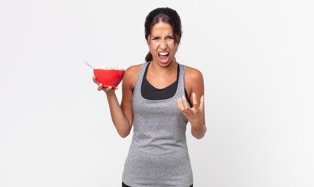 Młoda latynoska kobieta wyglądająca na złą, zirytowaną i sfrustrowaną. dieta fitness i koncepcja śniadania