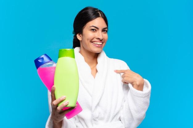 Młoda latynoska kobieta z produktami do czyszczenia i pielęgnacji twarzy