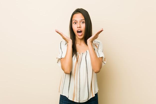 Młoda latynoska kobieta zaskoczona i zszokowana.