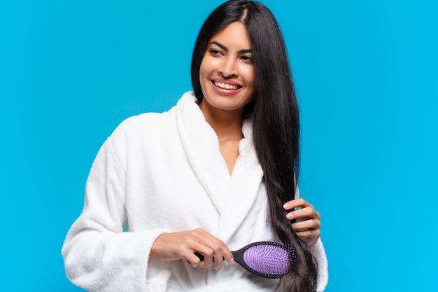 Młoda latynoska kobieta ze szczotką do włosów