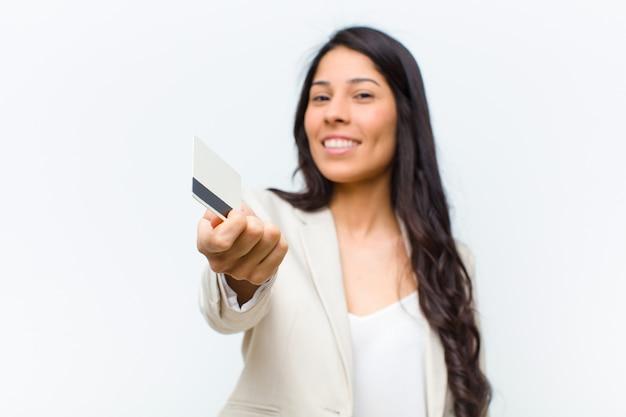 Młoda latynoska ładna kobieta z kartą kredytową