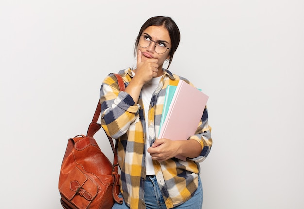 Młoda latynoska myśląca, niepewna i zagubiona, z różnymi opcjami, zastanawiająca się, jaką decyzję podjąć
