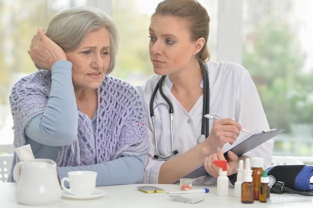 Młoda lekarka i jej starszy starszy pacjent na konsultacji