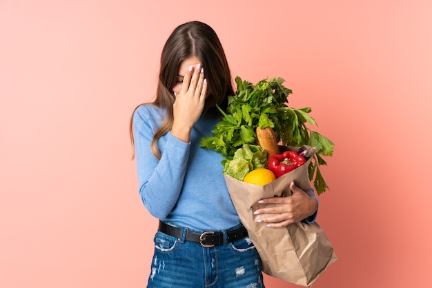 Młoda litewska kobieta trzyma torbę na zakupy z wypowiedzi zmęczony i chory