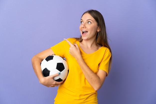 Młoda litewska piłkarz kobieta odizolowywająca