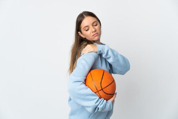 Młoda litwinka gra w koszykówkę na białym tle cierpi na ból barku z powodu wysiłku
