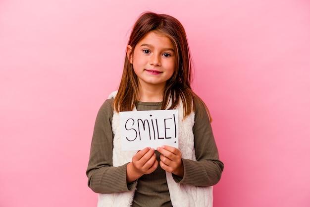 Młoda mała dziewczynka trzyma sztandar uśmiech na różowo