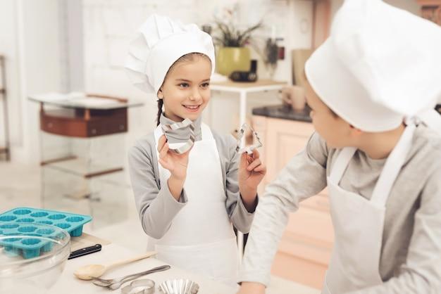 Młoda Mama I Szczęśliwe Dzieci Razem W Kuchni. Premium Zdjęcia