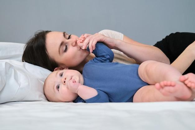 Młoda matka czule całuje swojego syna