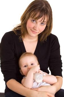 Młoda matka, dziecko i butelka mleka