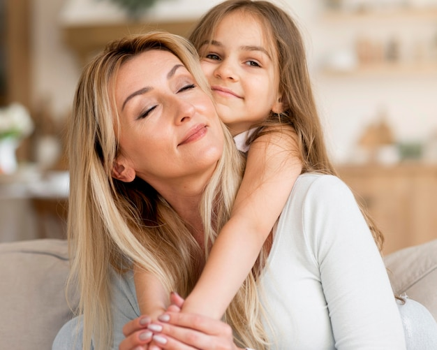 Młoda matka i córka objęły w domu