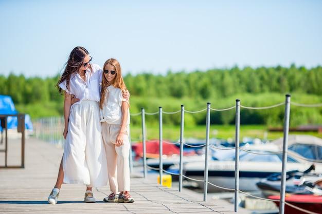 Młoda matka i dziewczynka w porcie w lecie