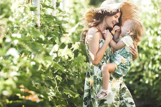 Młoda matka i jej córeczka na świeżym powietrzu, zabawy. ładna rodzina.