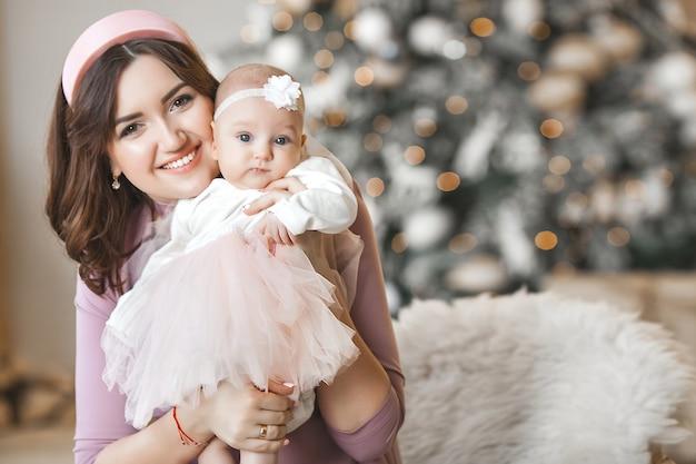 Młoda matka i jej córeczka z choinką