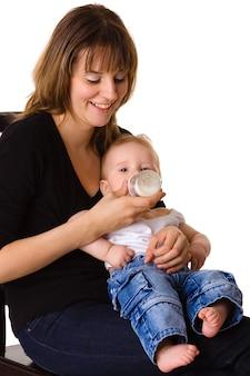 Młoda matka karmi swoje dziecko