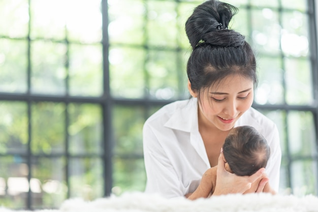 Młoda matka nosi dziecko