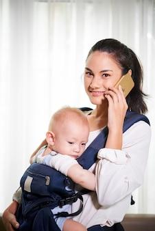 Młoda matka rozmawia przez telefon