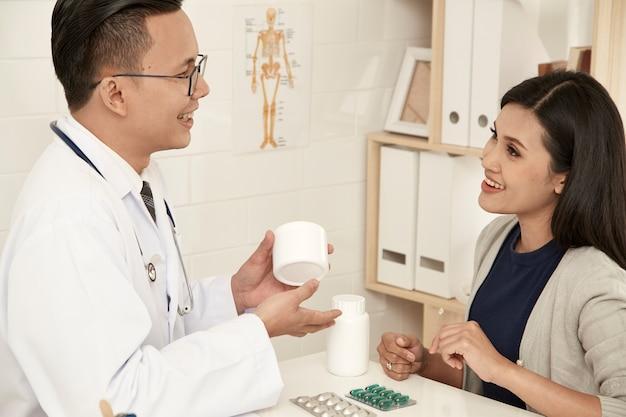 Młoda matka rozmawia z lekarzem