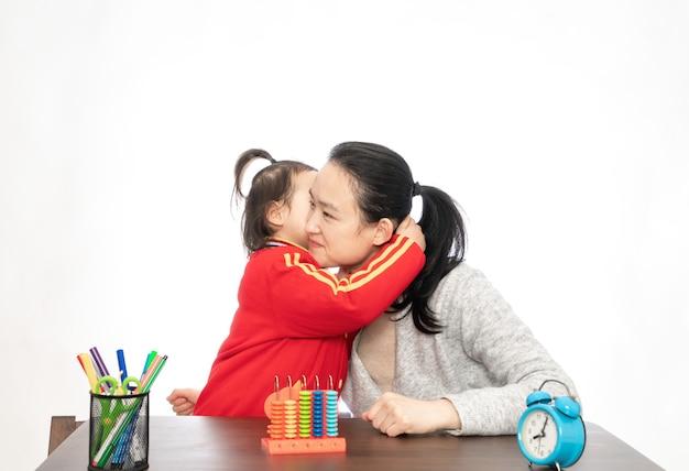 Młoda matka uczy córkę arytmetyki