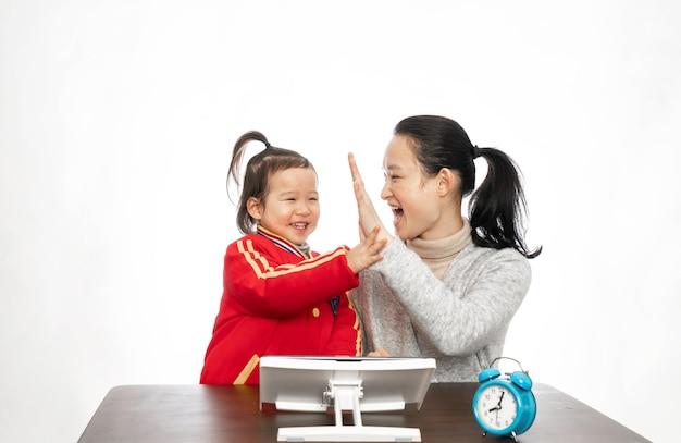 Młoda matka uczy córkę malować