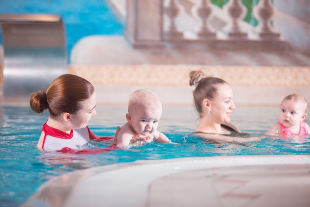 Młoda matka uczy swoje dziecko pływania