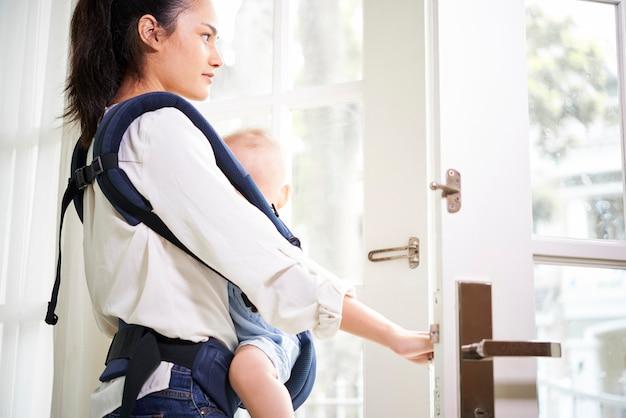 Młoda matka wychodzi z domu