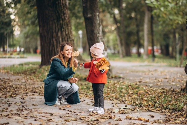 Młoda matka z córeczką w jesiennym parku