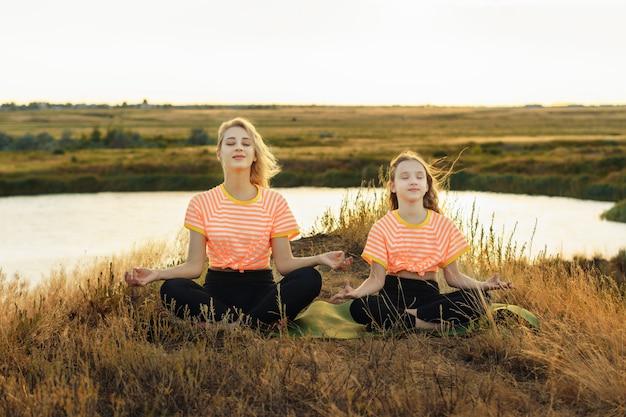 Młoda matka z córką w tym samym ubraniu co joga