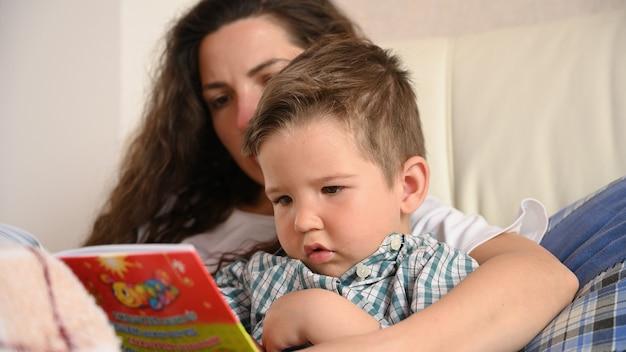 Młoda matka zajmuje się edukacją dziecka.