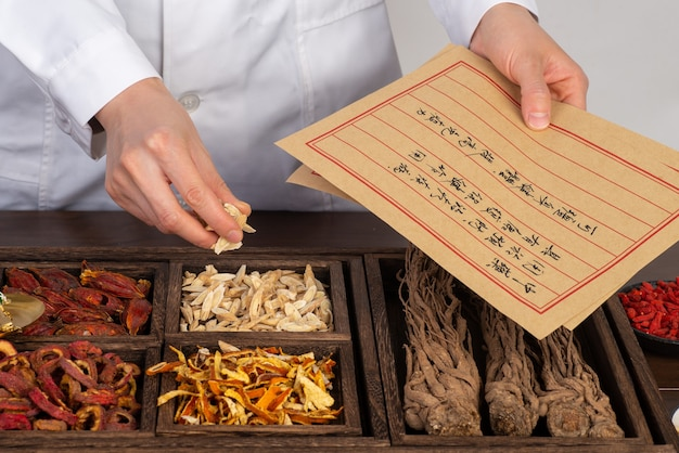 Młoda medycyna chińska przygotowuje chińskie leki ziołowe