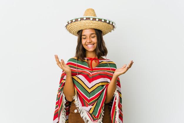 Młoda meksykańska kobieta na białym tle na białej ścianie radosny śmiech dużo