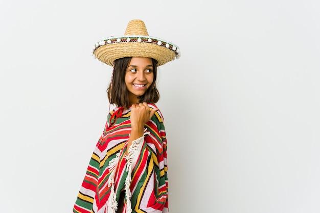 Młoda meksykańska kobieta na białym tle