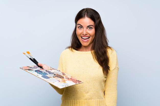 Młoda meksykańska kobieta nad odosobnionym kolor żółty ścianą myśleć pomysł