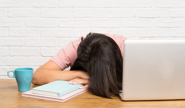 Młoda meksykańska kobieta z laptopem i stresująca się