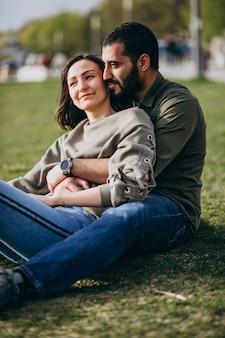 Młoda międzynarodowa para razem w parku