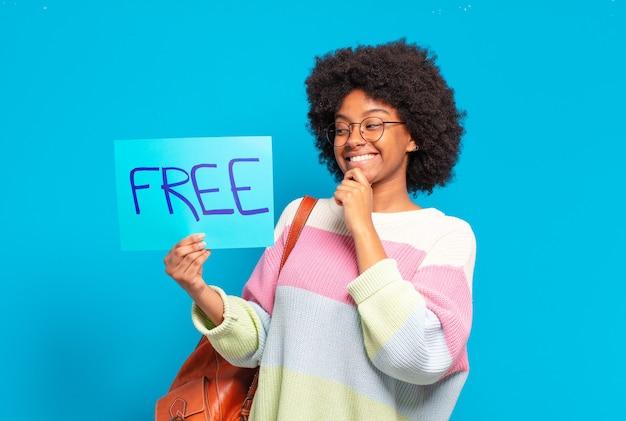 Młoda młoda kobieta afro posiadająca bezpłatne wyżywienie