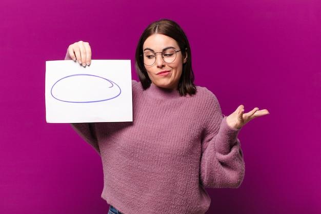Młoda młoda kobieta pokazuje kartkę papieru z uwagami
