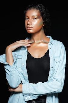 Młoda modelka w koszuli w studio.
