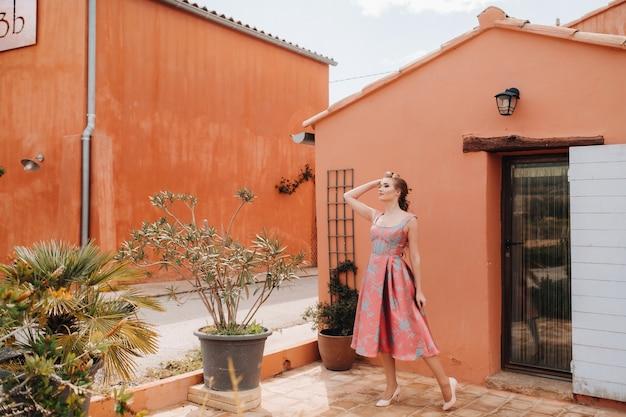 Młoda modelka w pięknej sukni na wsi we francji. dziewczyna na wiosnę wioska prowansji.